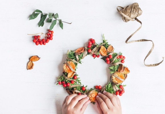 Making Wreath.png