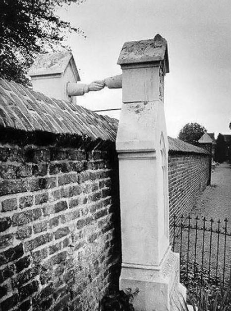 Oud-Kerkhof-graves-with-hands 2.jpg